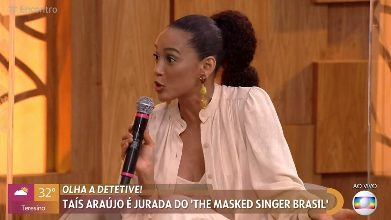 Taís Araújo com microfone na mão no Encontro com Fátima Bernardes