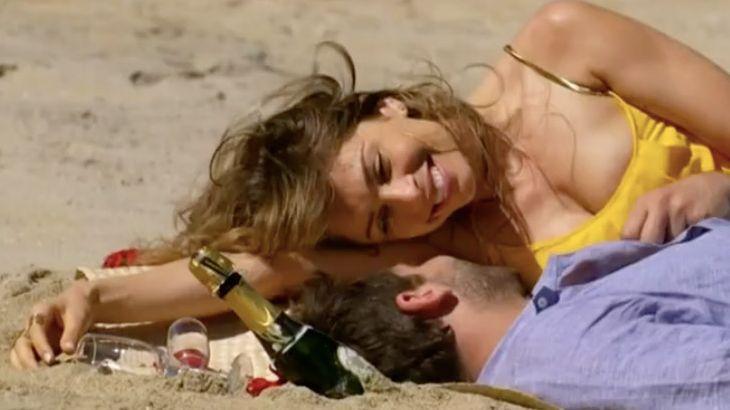 Ester e Cassiano deitados na areia da praia