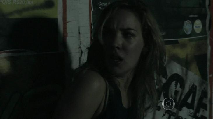 Amanda assustada em beco