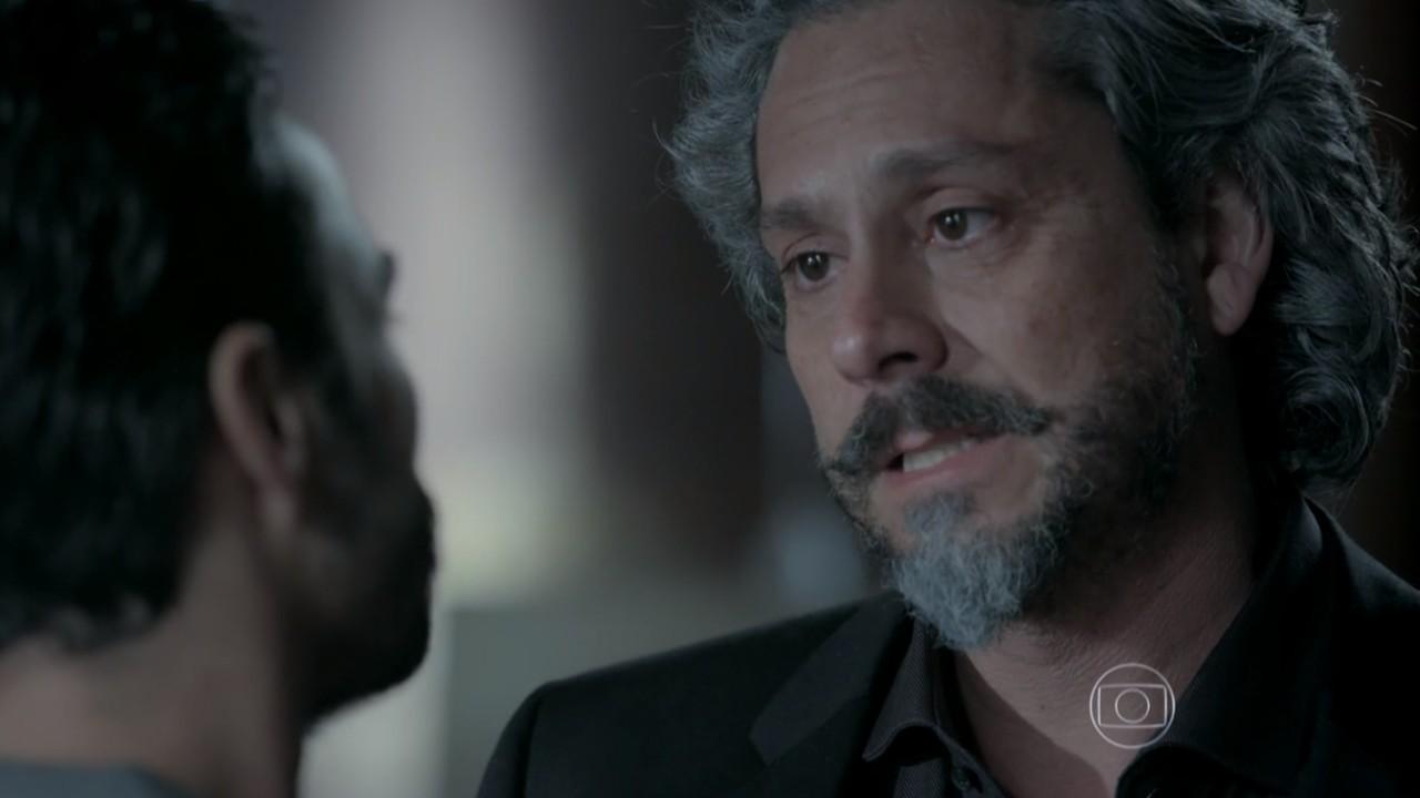 José ALfredo chorando na frente de José Pedro