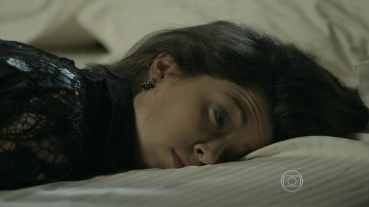 Cora deitada na cama, sonolenta