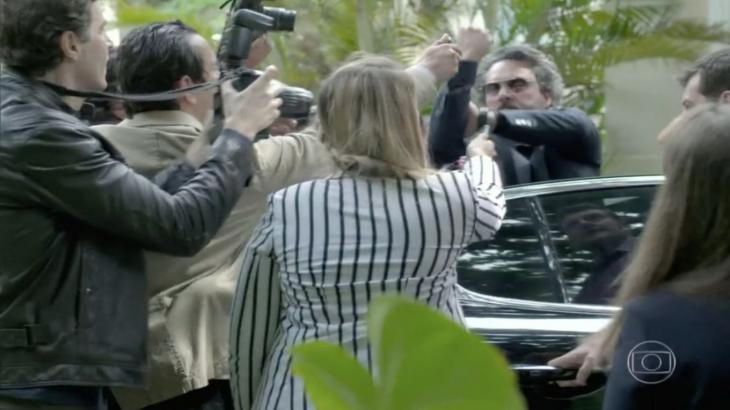 Cercado de repórteres, José Alfredo faz sinal feito