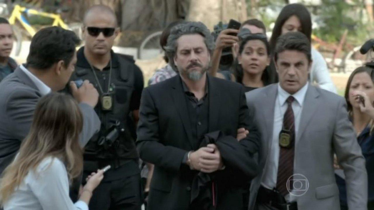 José Alfredo sendo levado pelos policiais