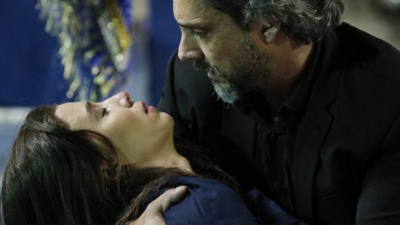 Cena de Império com Cora caída nos braços de José Alfredo