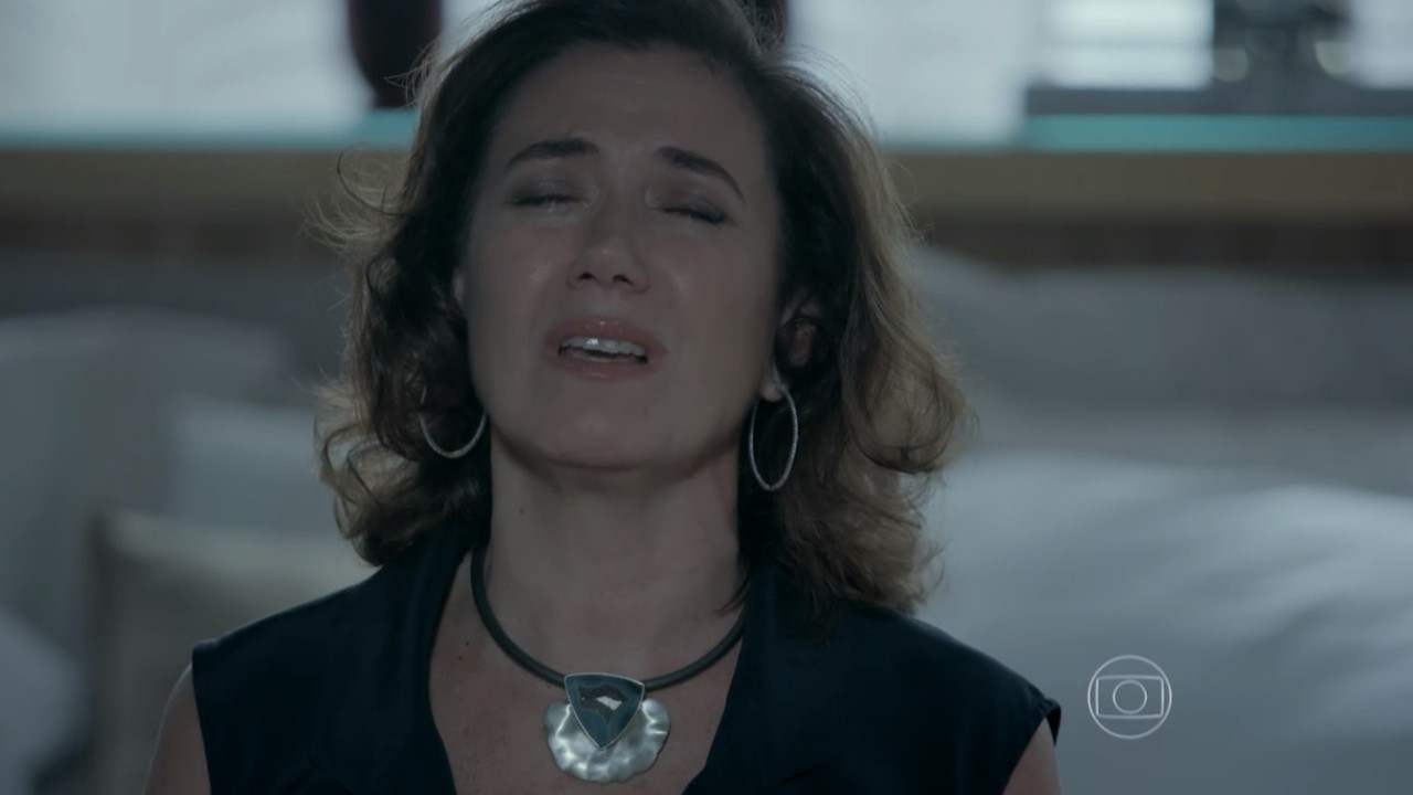 Maria Marta sentada chorando