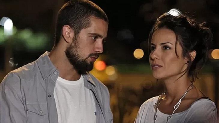 Cena de Império com Vicente olhando para Maria Clara, que está ao lado dele e olha para frente