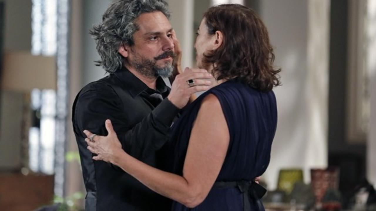 José Alfredo e Maria Marta se olhando e abraçando na novela Império