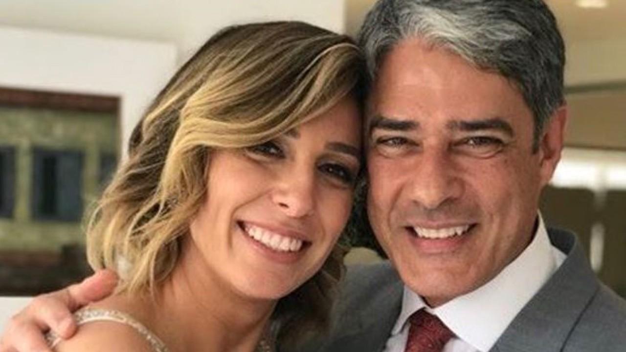Natasha Dantas e William Bonner posam sorridentes em dia de casamento