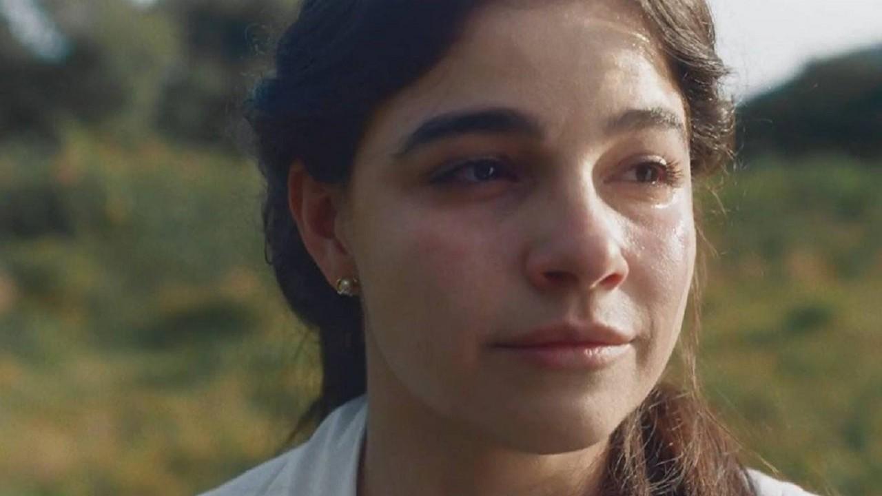 Cena de Nos Tempos do Imperador com Pilar chorando em pé