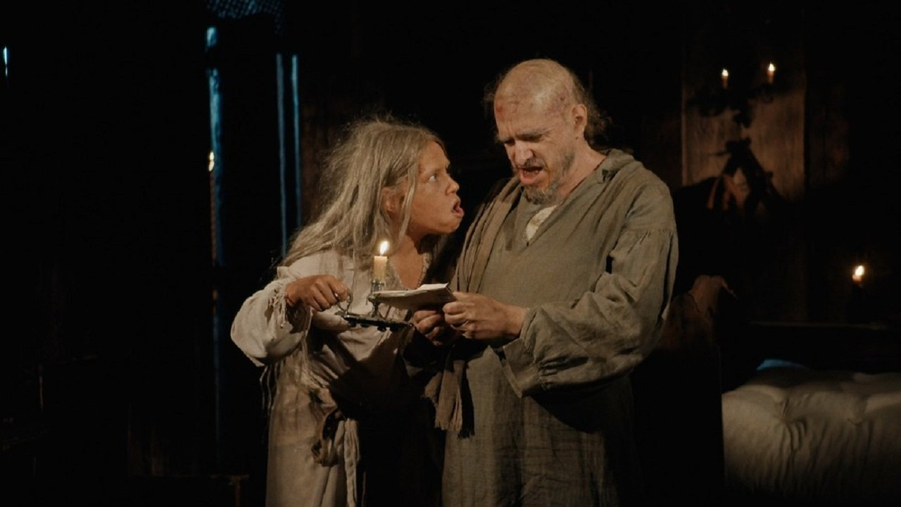 Cena de Nos Tempos do Imperador com Germana e Licurgo lendo um papel