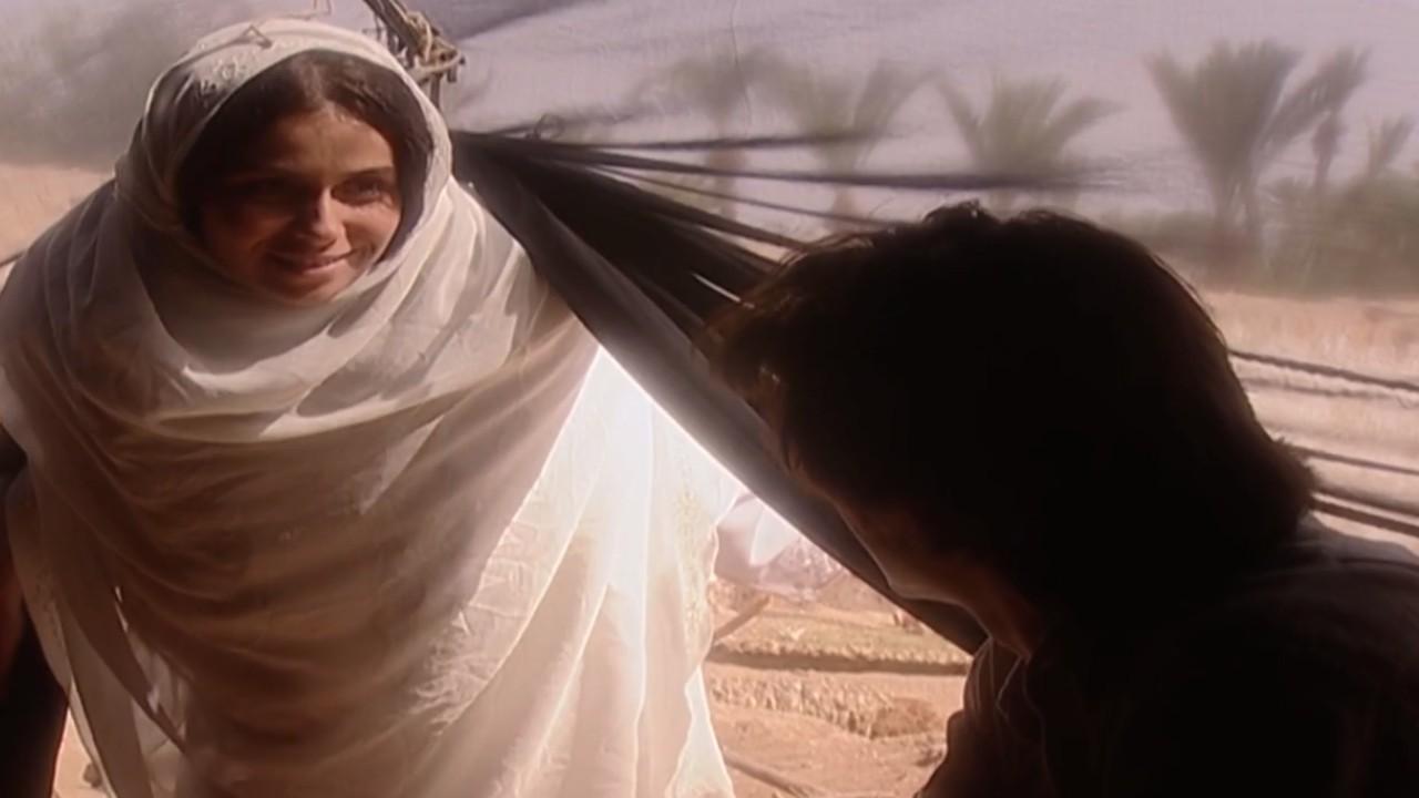 Jade e Lucas se encontrando em tenda no deserto