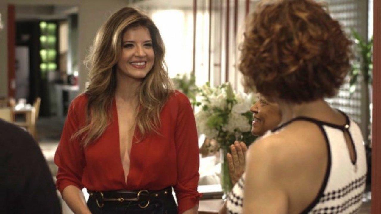 Maria Pia (Mariana Santos) sorri em cena de Pega Pega