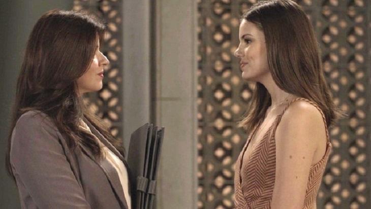 Cena de Pega Pega com Maria Pia olhando frente a frente para Luiza