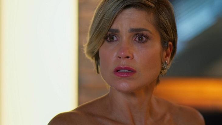 Cena de Salve-se Quem Puder com Helena em pé, chocada e quase chorando