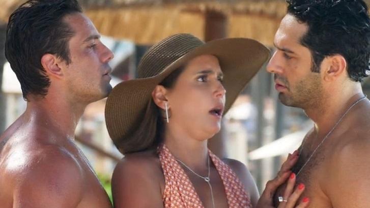 Cena de Salve-se Quem Puder com Alexia no meio de Renzo e Zezinho, olhando para o último