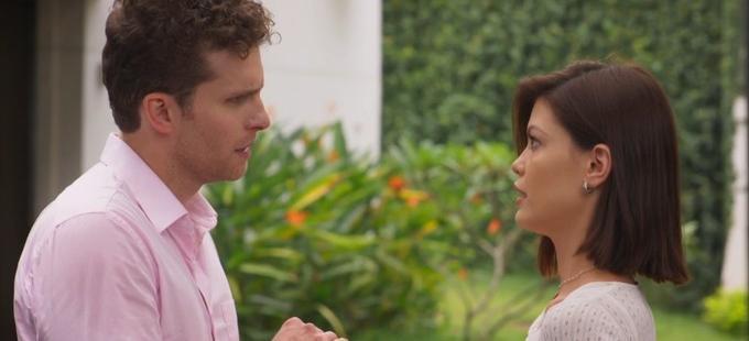 Cena de Salve-se Quem Puder com Kyra olhando para Alan