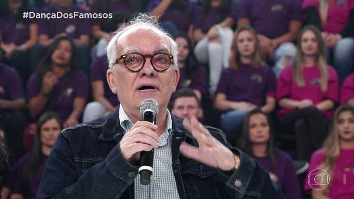 Artur Xexéo, no palco da Dança dos Famosos, com o microfone na mão e falando