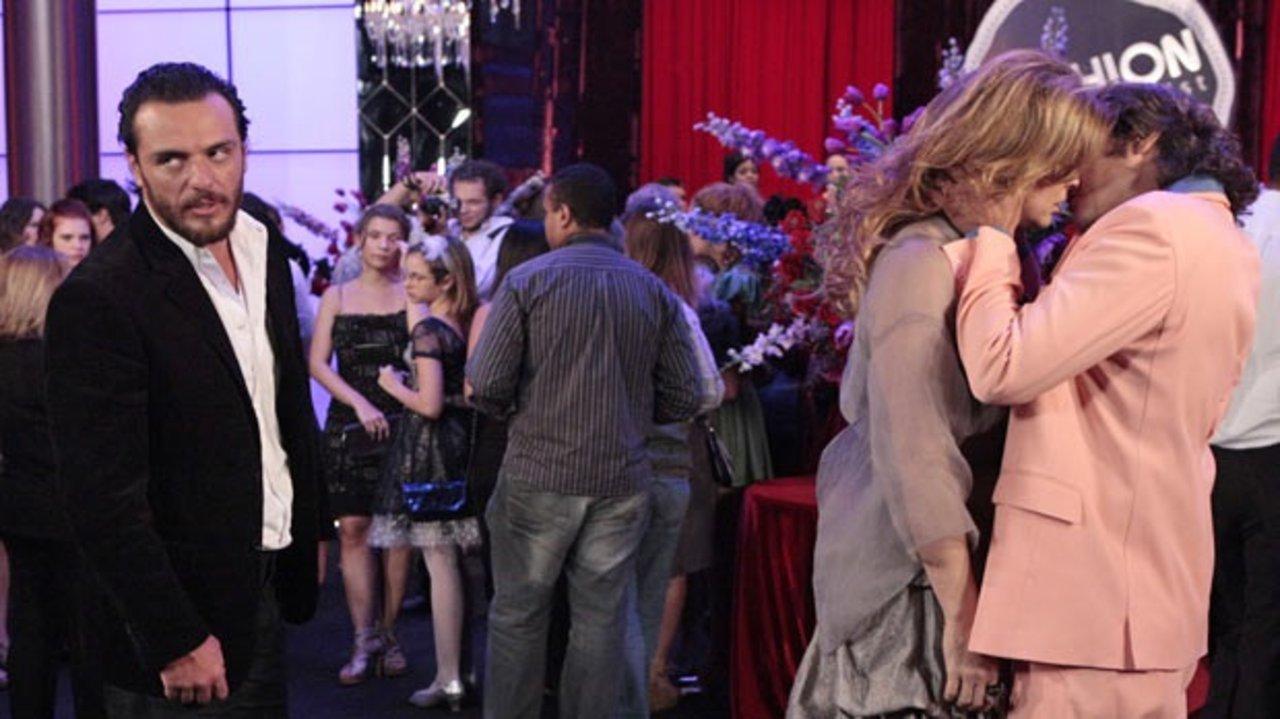 Jaqueline e Jacques se beijando durante a cena