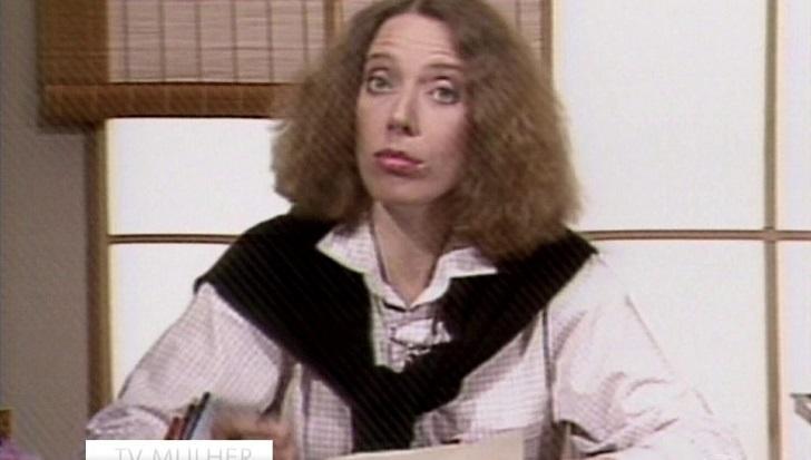 Marília Gabriela durante o TV Mulher, sentada e olhando para a câmera