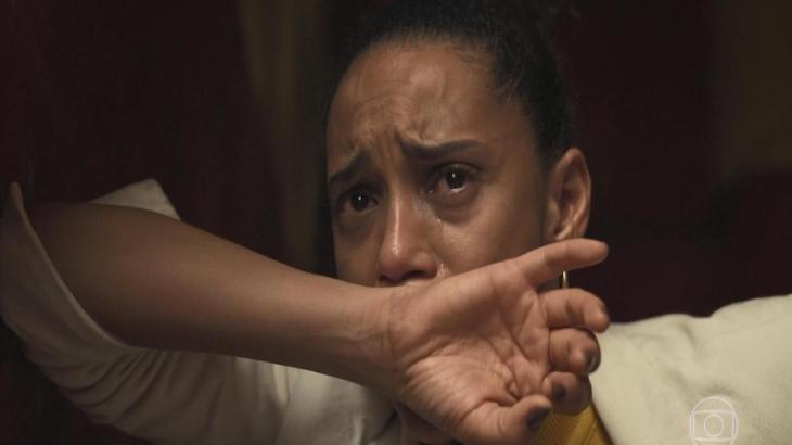 Vitória chorando em Amor de Mãe