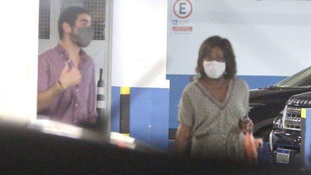 Com máscara, Gloria Maria é flagrada em estacionamento de shopping com amigo