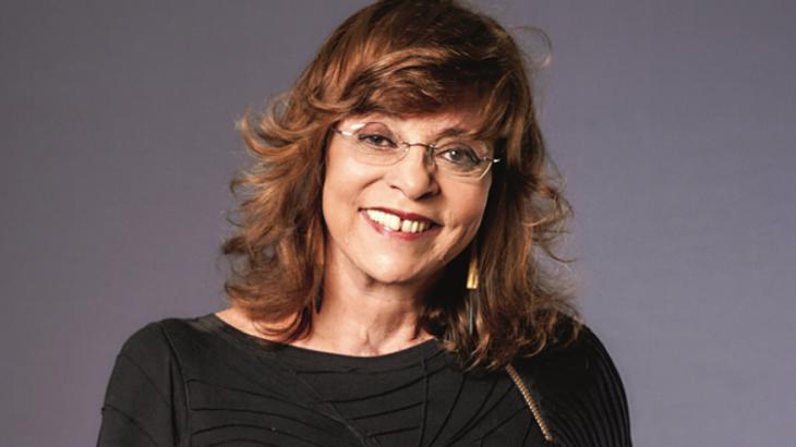 Glória Perez sorrindo para a foto