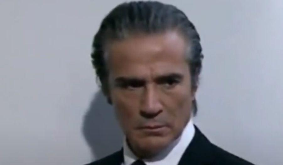 Gonzalo com o olhar sério para Josefina