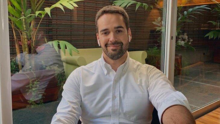 Eduardo Leite durante o Conversa com Bial