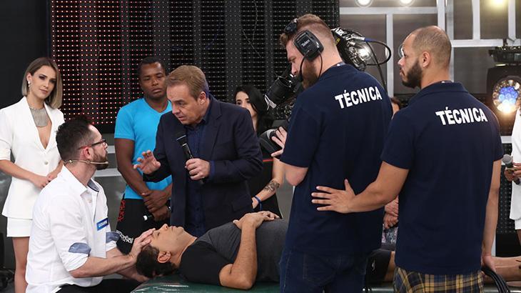 De bermuda, Geraldo Luís mostra técnica que o livrou das dores de cabeça e nas costas