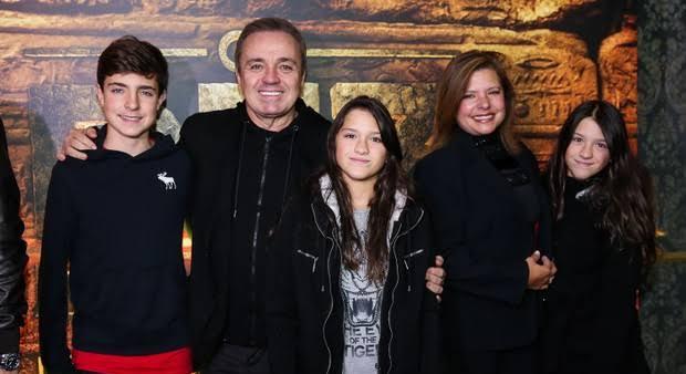 Gugu Liberato e Rose Miriam ao lado dos três filhos