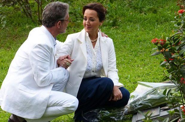 Duque segura a mãe de Guiomar e a pede em namoro