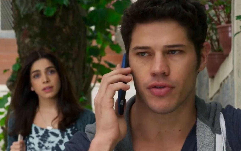 Shirlei escuta a conversa de Adonis ao celular