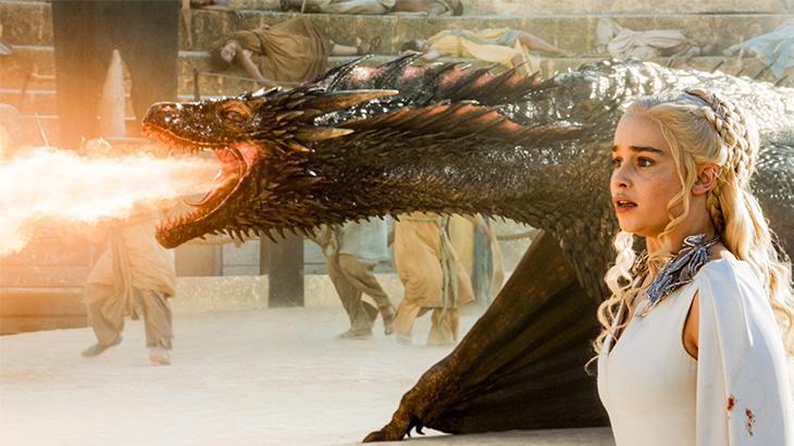 O dragão de Daenerys Targaryen cuspindo fogo em cena de Game Of Thrones