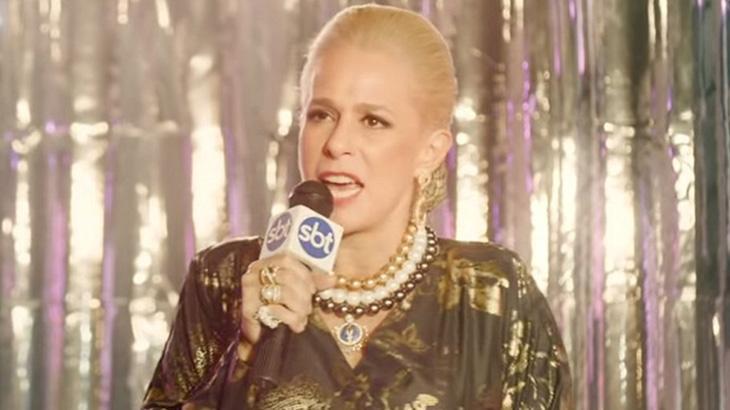 Andrea Beltrão como Hebe na série homônima do Globoplay