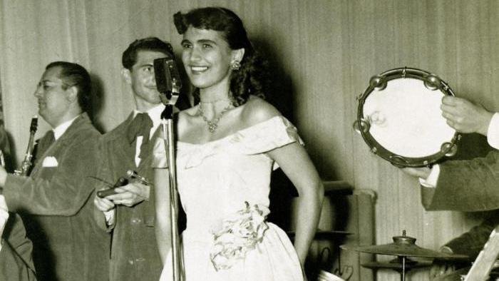 Hebe Camargo no rádio em foto preto e branco