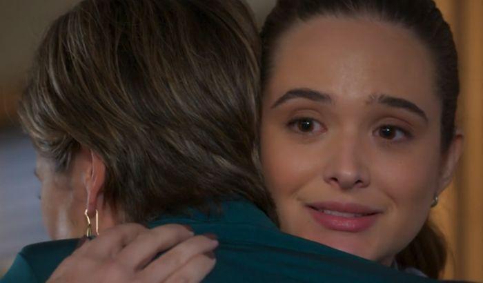 Luna e Helena se abraçam