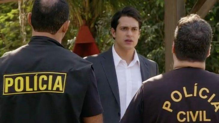 Hélio dá de cara com dois policiais
