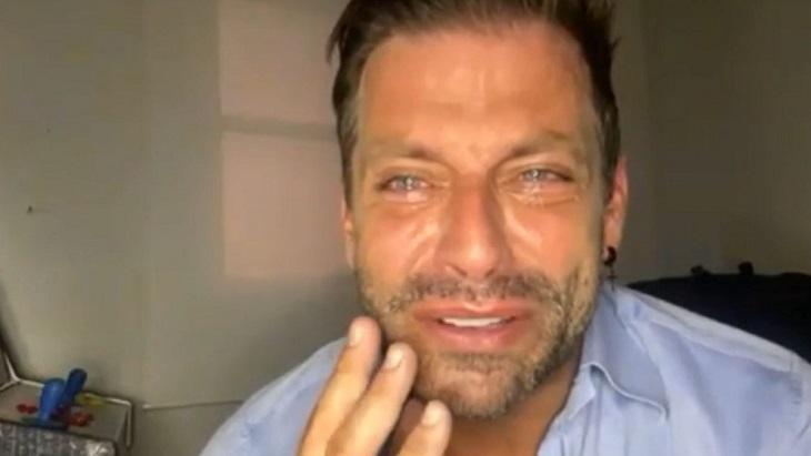Henri Castelli chorando