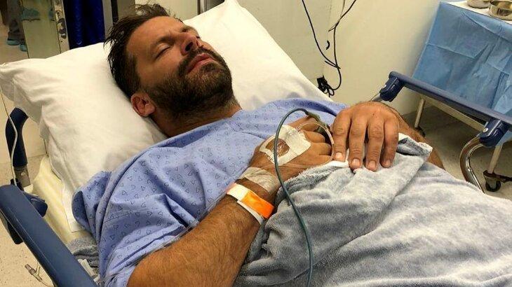 Henri Castelli deitado em uma cama de hospital
