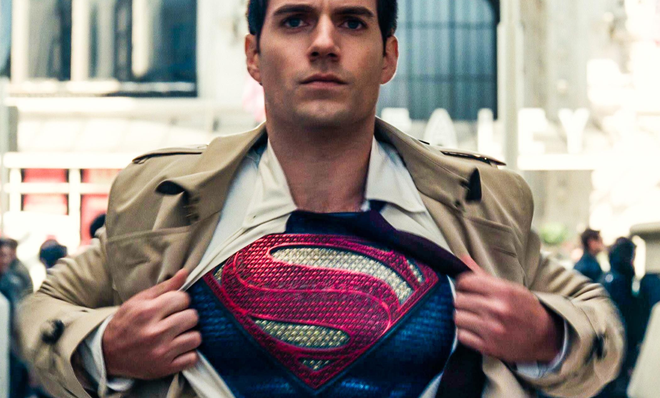 O ator Henry Cavill como Superman