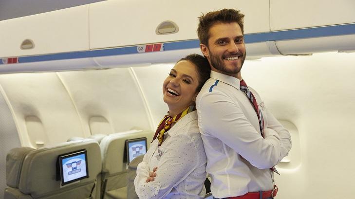 Hugo Bonemer posa para foto sorrindo ao lado de uma personagem do Vai que Cola
