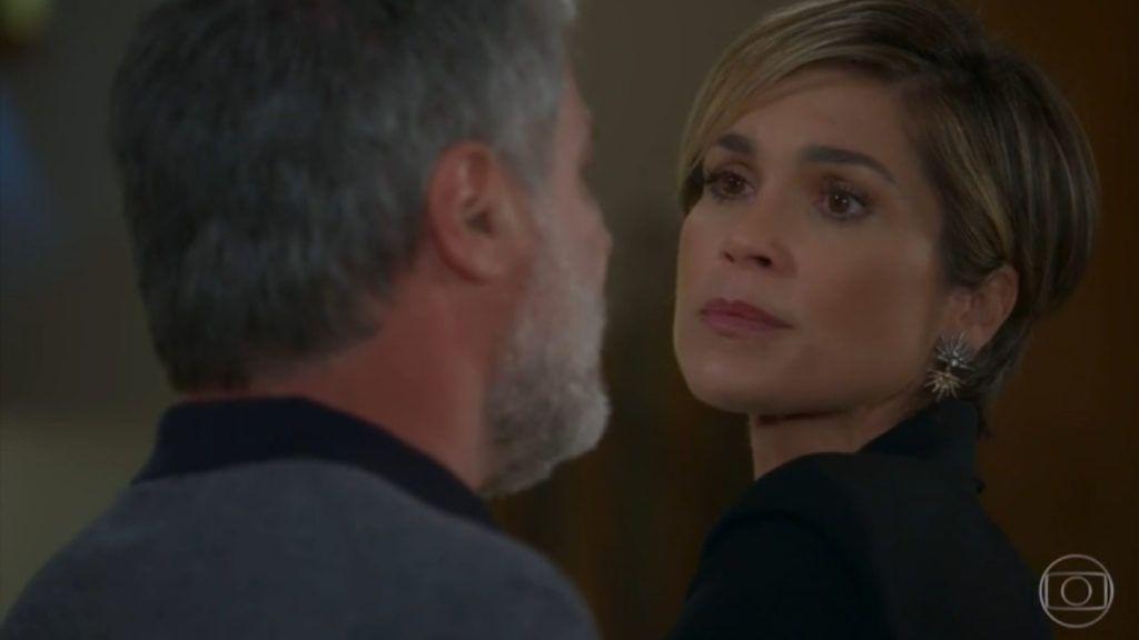 Hugo segura Helena pelo braço e a encara