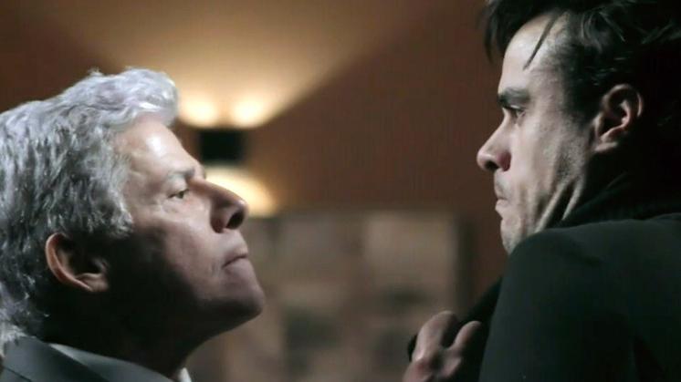 Enrico sendo puxado por Cláudio pelo colarinho