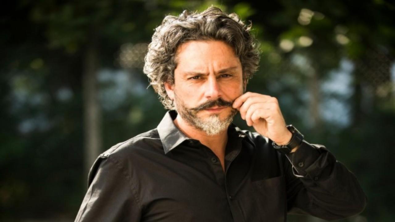 José Alfredo posando e mexendo no bigode