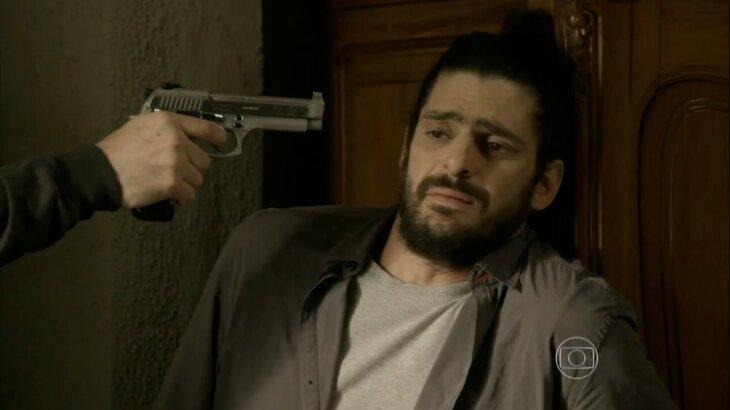 Jairo nervoso com uma arma apontada para sua cabeça