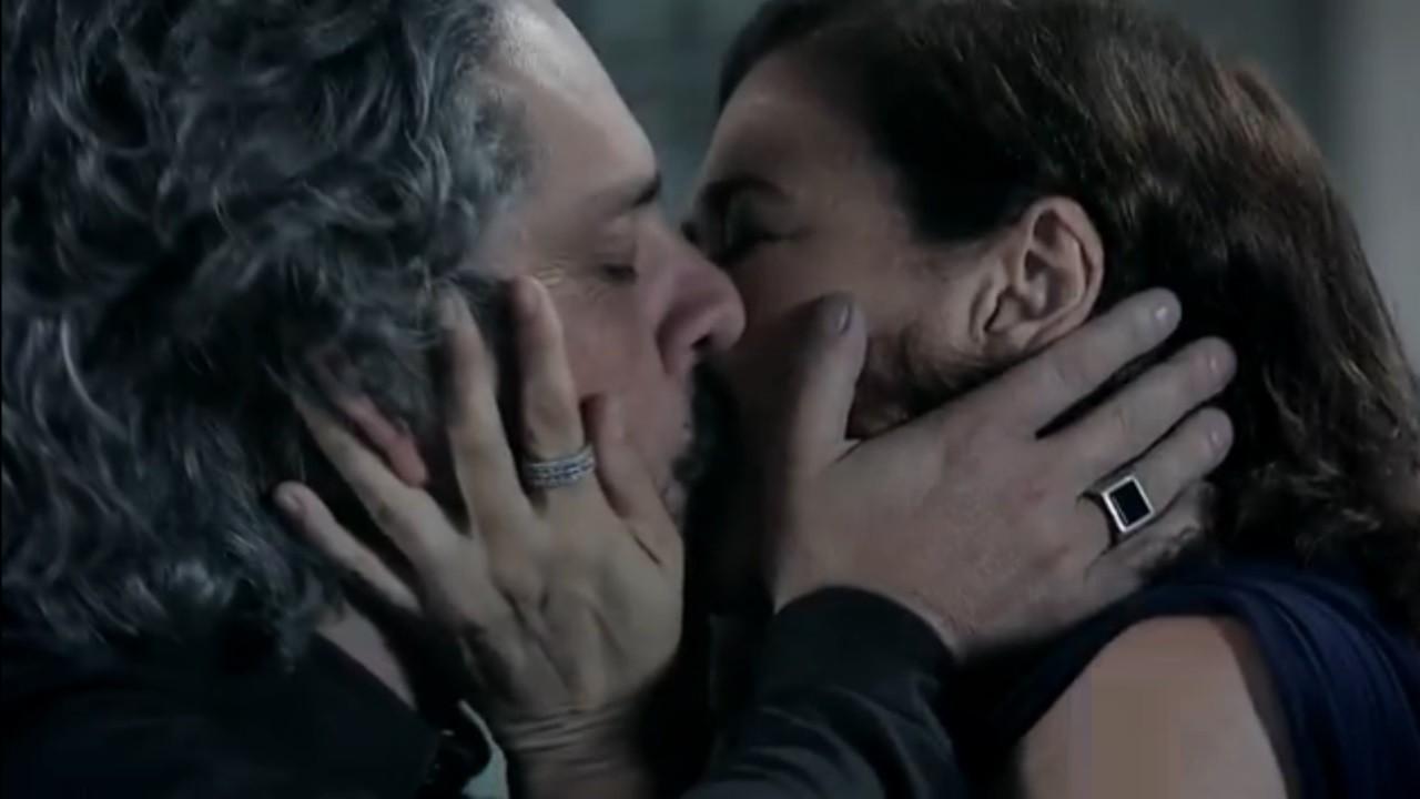 Alexandre Nero e Lilia Cabral em cena de beijo dos personagens José Alfredo e Maria Marta na novela Império, em reprise na Globo