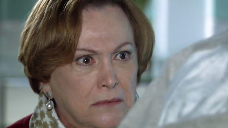 """A Vida da Gente: Eva fala mal de Julia e leva tapa da mãe: \""""Cala essa boca suja\"""""""