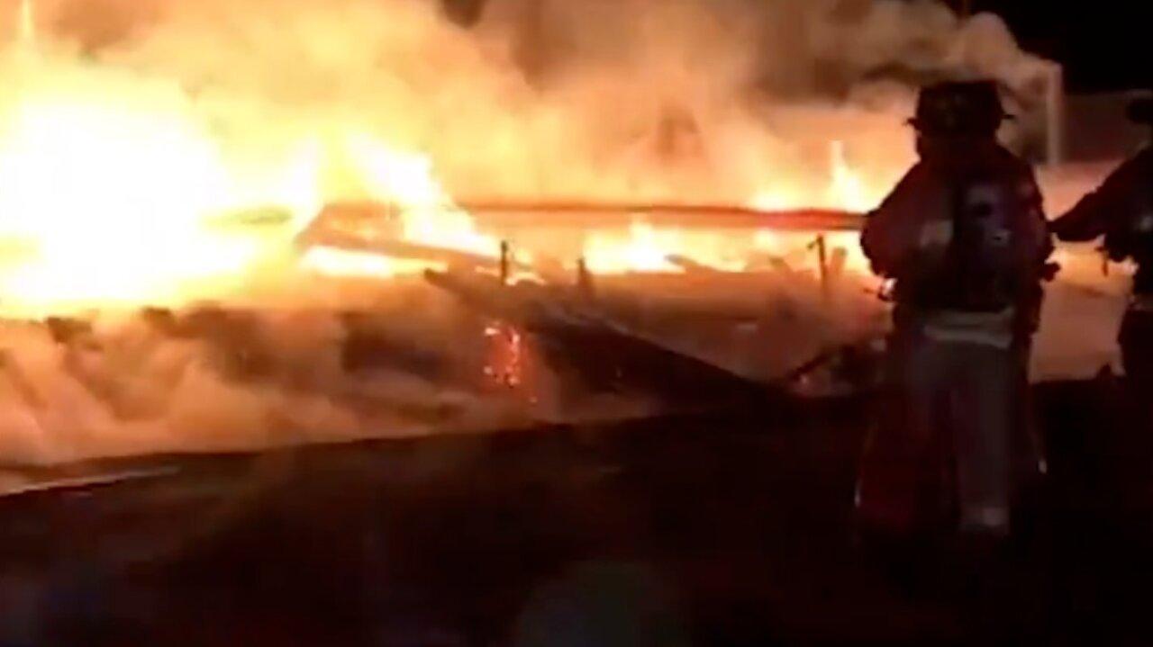 Bombeiros tentam controlar incêndio