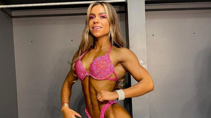 Influenciadora fitness posada mostrando músculos