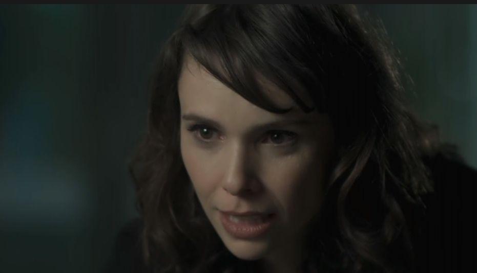 Irene se inclina na direção de Silvana com olhar ameaçador